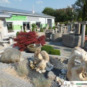 antike Granit- Säulen am Austellungsglände