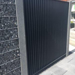 Sichtschutz mit senkrechten Sprossen, pulverbeschichtet (von linker Seite fotografiert)
