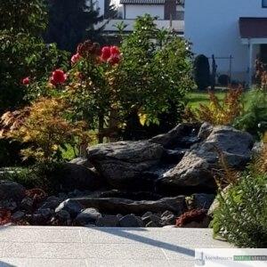 Granit Findlingsbecken mit Vogeltränke