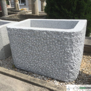 1. Granit-Brunnen rechteckig, mit 2 abgerundeten Kanten