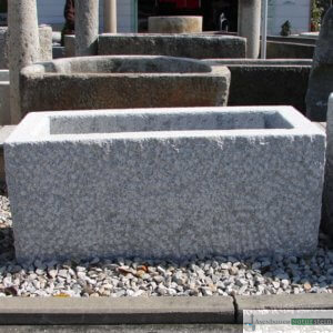 2. Granit-Brunnen rechteckig, vollkantig