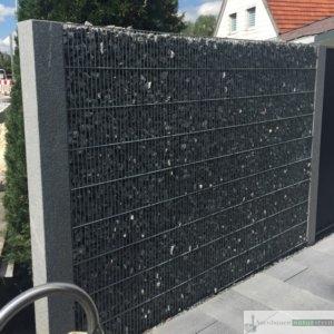 Gabionen Sichtschutz, enge Maschen mit dunkelgrauen Granit Palisaden