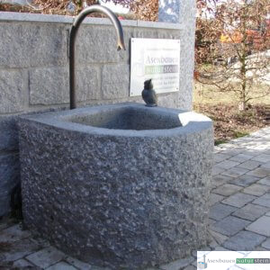 6. Granit-Brunnen halbrund