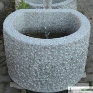 7. Granit-Brunnen dreiviertelrund