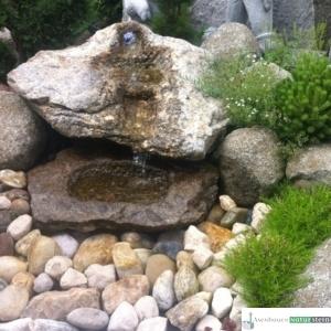 Granit Findlingsbecken mit Platte