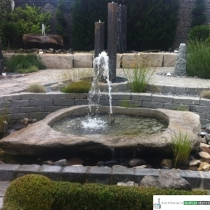 großes Granit Findlingsbecken mit Schaumsprudler