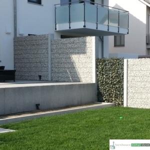 Gabionen Sichtschutz feinmaschig mit Weißenbacher Füllmaterial und Efeu-Elementen