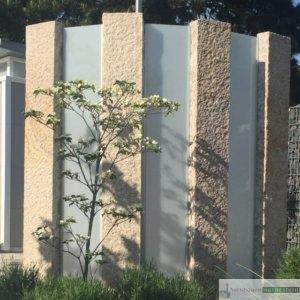 Sichtschutz, Glaselement mit gelben Granit Stelen