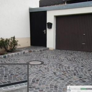 Antikes Granitpflaster in Segmentbögen verlegt