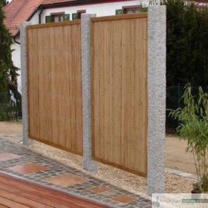 Sichtschutz-Trennwand aus Bambus und Granit-Stelen