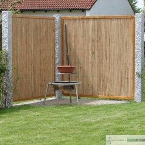 Sichtschutz für Grillecke aus Bambus und Granit-Stelen