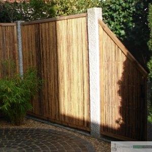 Sichtschutz-Element aus Bambus und Granit-Stelen