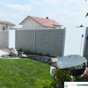 Sichtschutz, Glaselement mit Gabionen und grauen Granit Stelen