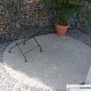 Sitzkreis aus hell und blaugrauen Pflastersteinen