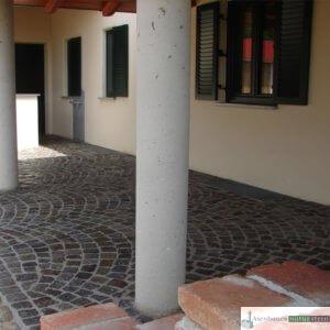 Antike Granit-Pflastersteine in Segmentbögen verlegt