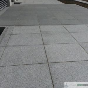 Plattenbelag aus Granit, hell und dunkelgrau geflammt 60/60/3 cm