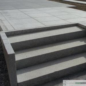 Treppenanlage aus Granitblockstufen, hellgrau