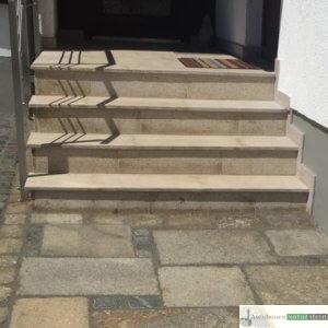 Treppenanlage aus Granit, gelb gestockt