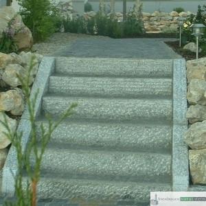 Treppenanlage aus grauen Granit Leisten- und Pflastersteinen
