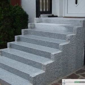 Treppenanlage aus grauen Granitplatten und Granit Leistensteinen