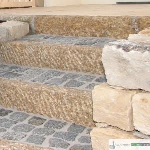 Treppenanlage aus gelben Granit Leisten- und antiken Granit Pflastersteinen