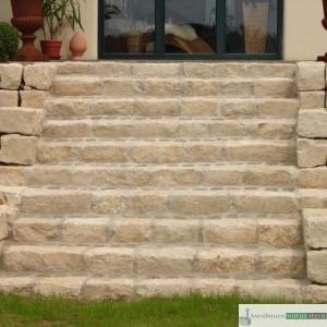 Treppenanlage aus Jurakalksteinen und antik Pflaster