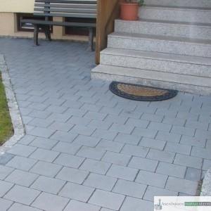 Weg aus Betonpflaster grau