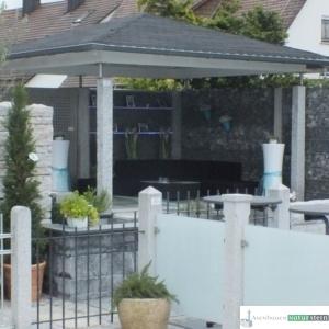 moderne Holzüberdachung weiß lackiert