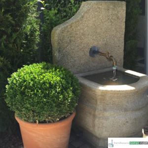 Neuer Brunnen mit Antiker Platte und Messingauslauf