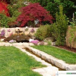 natürlich gestalteter Bachlauf mit Jura-Mauersteinen und Granit Findlingsbecken