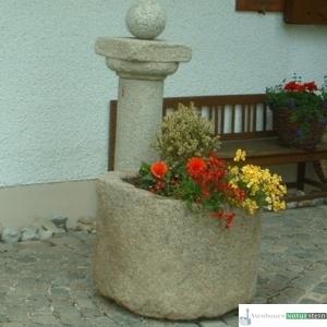 Antiker Granit Grand mit Säule