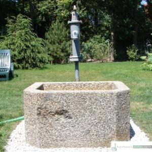 Antiker Granitbrunnen mit Pumper