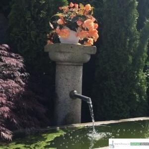 Antiker Brunnen mit Säule und Bronzeauslauf