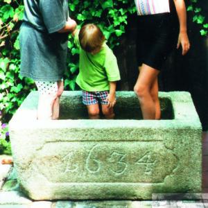 Antiker Granitbrunnen mit Jahreszahl