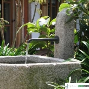 Antiker Grand mit Säule und Bronzeauslauf