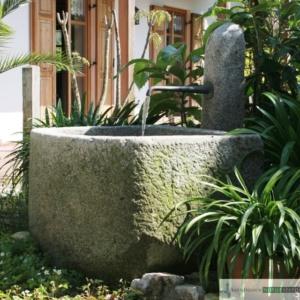 Antiker Granit Grander mit Säule und  Bronzeauslauf