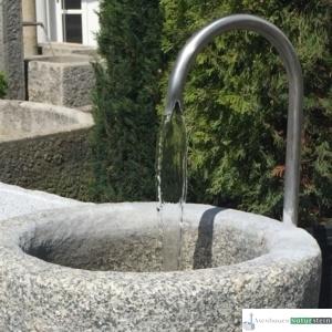Neuer Brunnen mit Edelstahl Schwanenhals