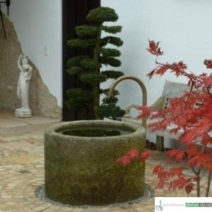 Antiker Granitbrunnen mit Messing-Schwanenhals
