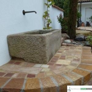 Antiker Granitbrunnen mit Bronze-Wandauslauf