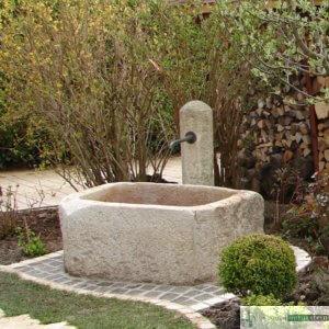 Anitker Brunnen mit Säule
