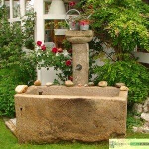 Antiker Granit Brunnen mit Herzornament und Säule