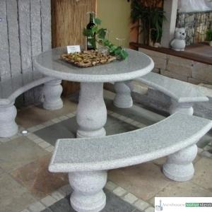Tischgruppe mit drei Rundbänken