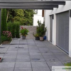 Terasse aus dunkel und hellgrauen Granitplatten 60x60x3 cm