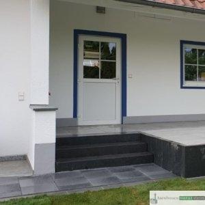 Treppenanlage aus dunkelgrauen Blockstufen