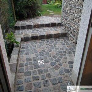Garagenzugang mit antiken Pflastersteinen