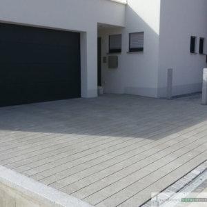 Hofeinfahrt aus Beton, Einfassung und Rinne aus Granit