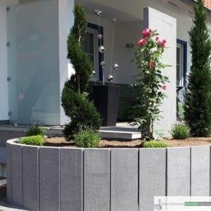 Terrasseneinfasszng aus Granitleisten dunkelgrau