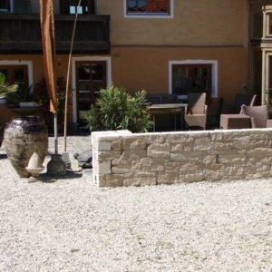 Sitzgelegenheit mit Jurakalk-Mauersteinen