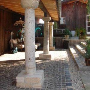 Antike Pflastersteine, Kretplatten und antike Säulen mit Kapitell