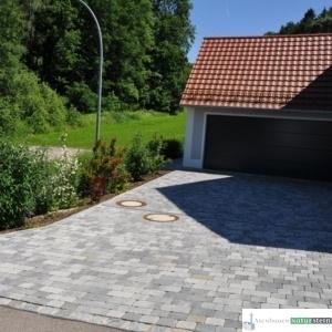 Einfahrt mit Tegula-Betonpflaster grau/schwarz, melliert
